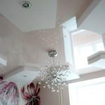 Двухуровневый потолок сложной формы.Нижний уровень -  белый матовый (Германия), верхний уровень - светло-розовый глянец (Франция).