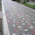 Красная и желтая тротуарная плитка