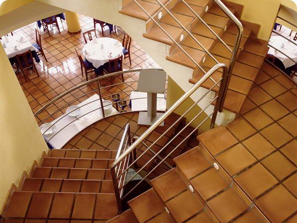Дизайн лестницы в частном доме из плитки